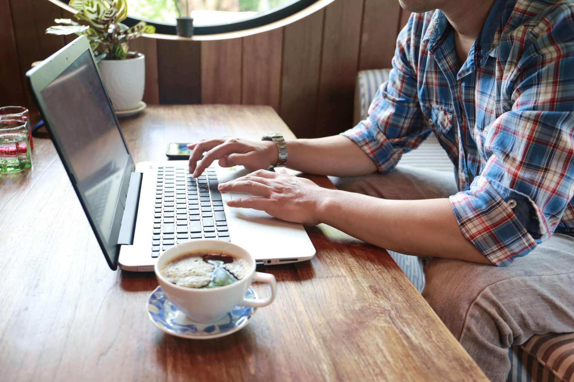Weboldal készítés kellékei: macbook és kávé